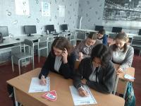 Участники ДД за написанием работы